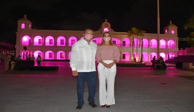 RECONOCEN EN BOCA DEL RÍO A MUJERES CON CÁNCER Y  ENCIENDEN EL PALACIO DE ROSA